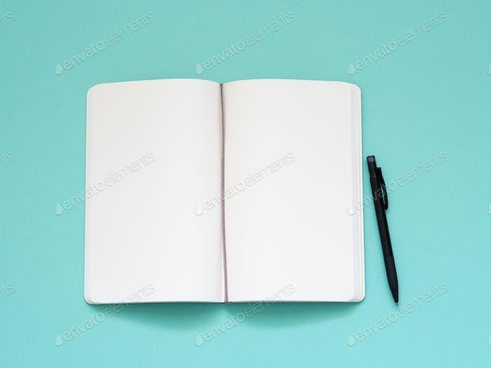 offener Notizblock mit einer sauberen weißen Seite