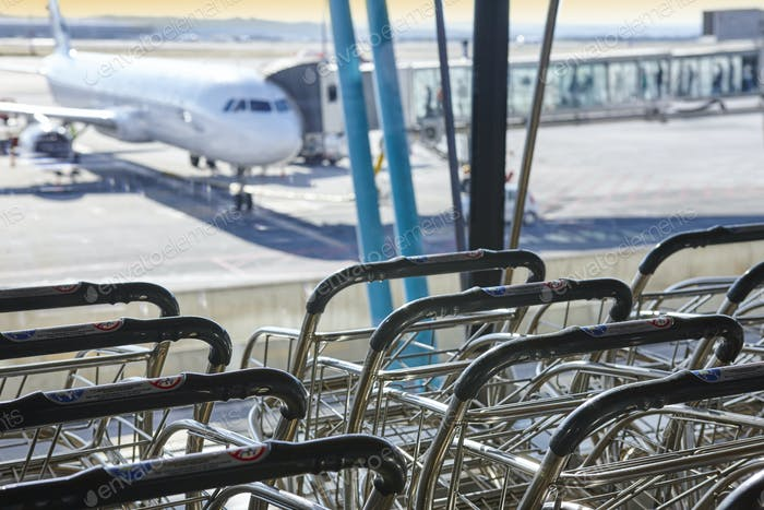 Trolleys am internationalen Flughafen. Ausreißer und Finger. Reisehintergrund. Horizontal