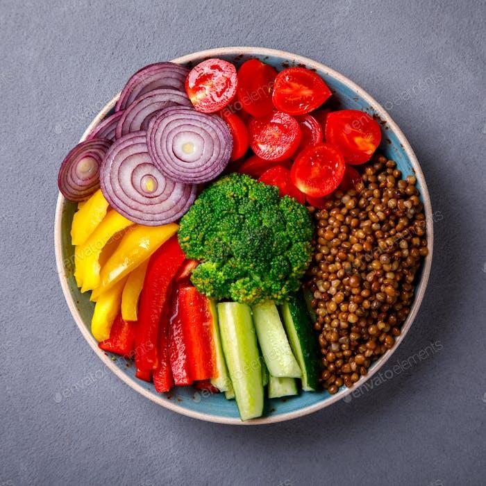 Salat.Rohes gemischtes Gemüse und Linsen.Vegetarische Buddha-Schüssel.