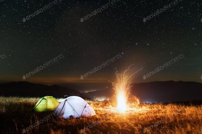 Zwei Zelte von innen beleuchtet