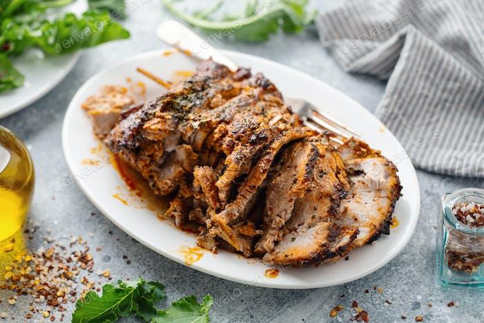 Gebackenes Schweinefleisch mit Gewürzen und Kräutern