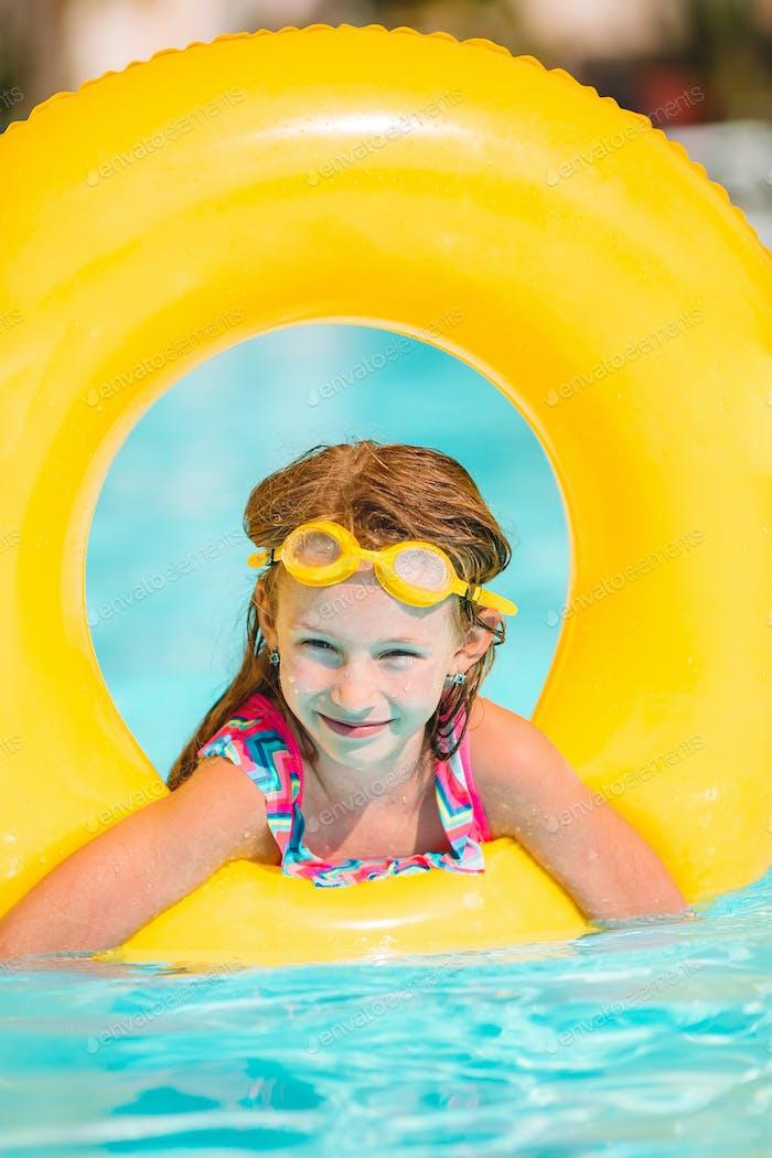 Adorable kleine Mädchen Schwimmen am Außenpool