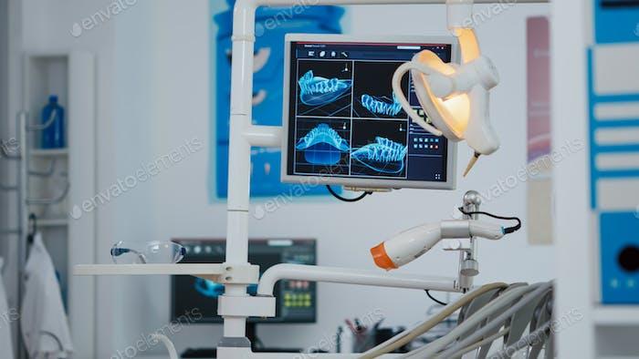 Primer plano de la pantalla de ortodoncista médico con imágenes de rayos X