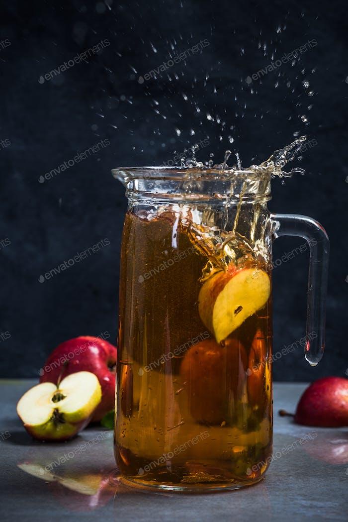 Apfelsaftspritzer mit Apfelstück
