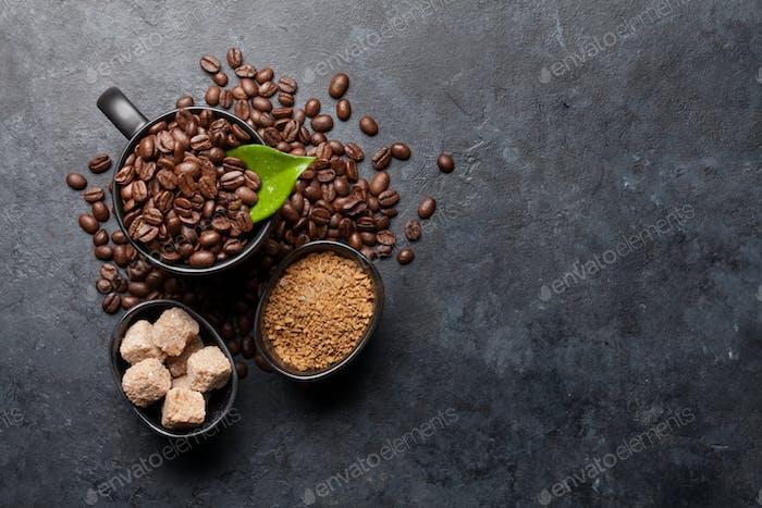 Kaffeetasse mit gerösteten Bohnen