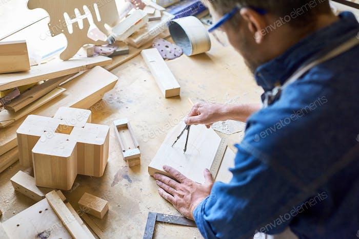 Erfahrener Zimmermann bei der Arbeit