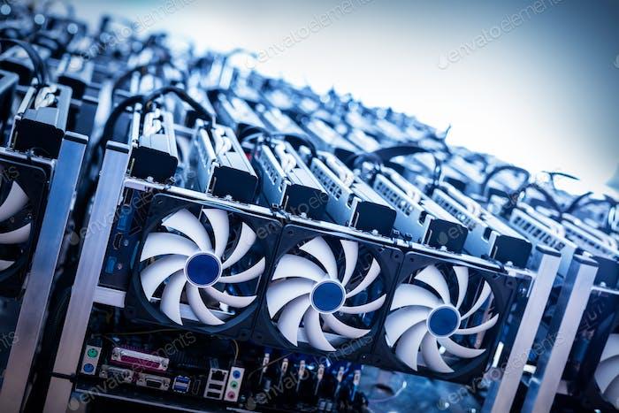 Große IT-Maschine mit Lüftern. Kryptowährung Mining