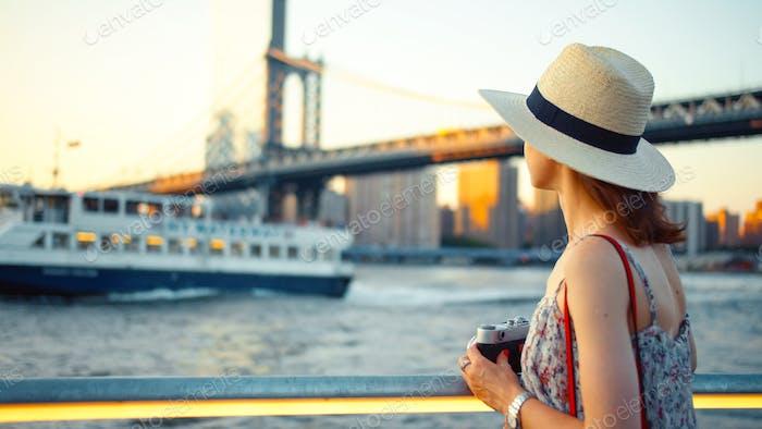 Joven fotógrafo en el puente de Manhattan