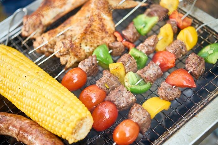 Gemüse und Fleisch auf dem Grill