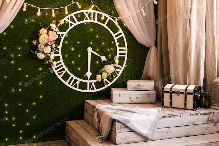 Konzept der Zeit - Antike Uhr Vintage-Stil an der Wand auf dem Innenraum