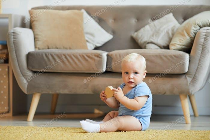 Baby Spielen mit Spielzeug