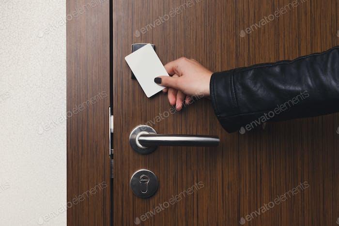 Ручная вставка ключ-карты в электронный замок