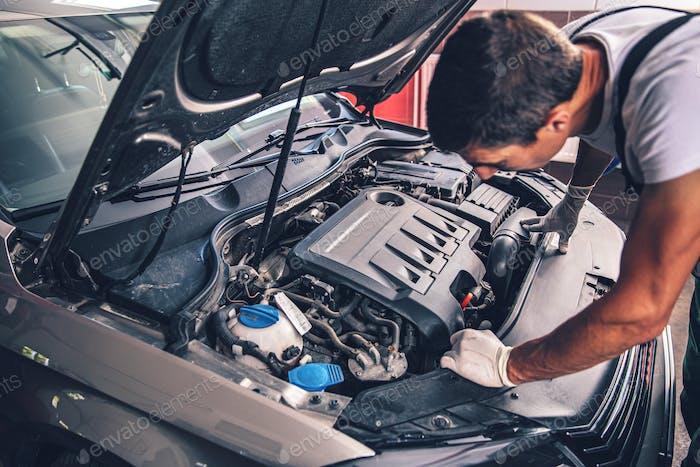 Automechaniker arbeiten in der Garage