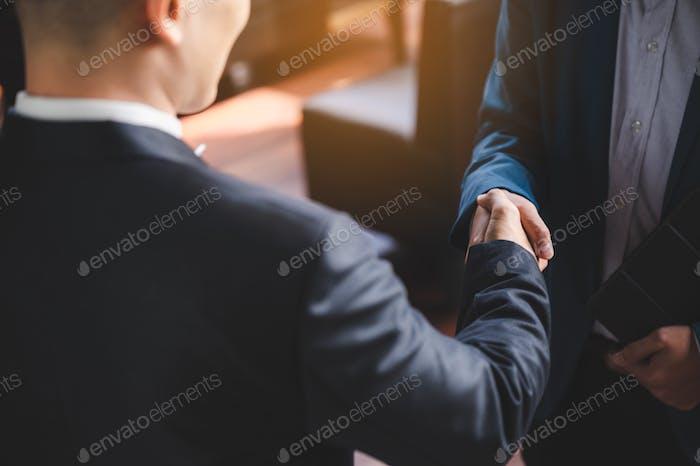 Geschäftsleute schütteln für Geschäftspartnerschaft Erfolg, Handschütteln Konzept