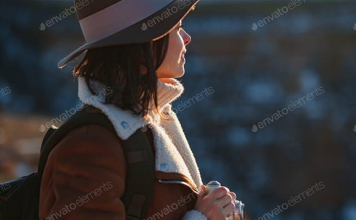 Caminante sonriente con una mochila