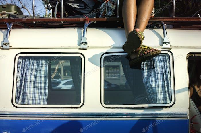 Menschen sitzen auf dem Dach des van