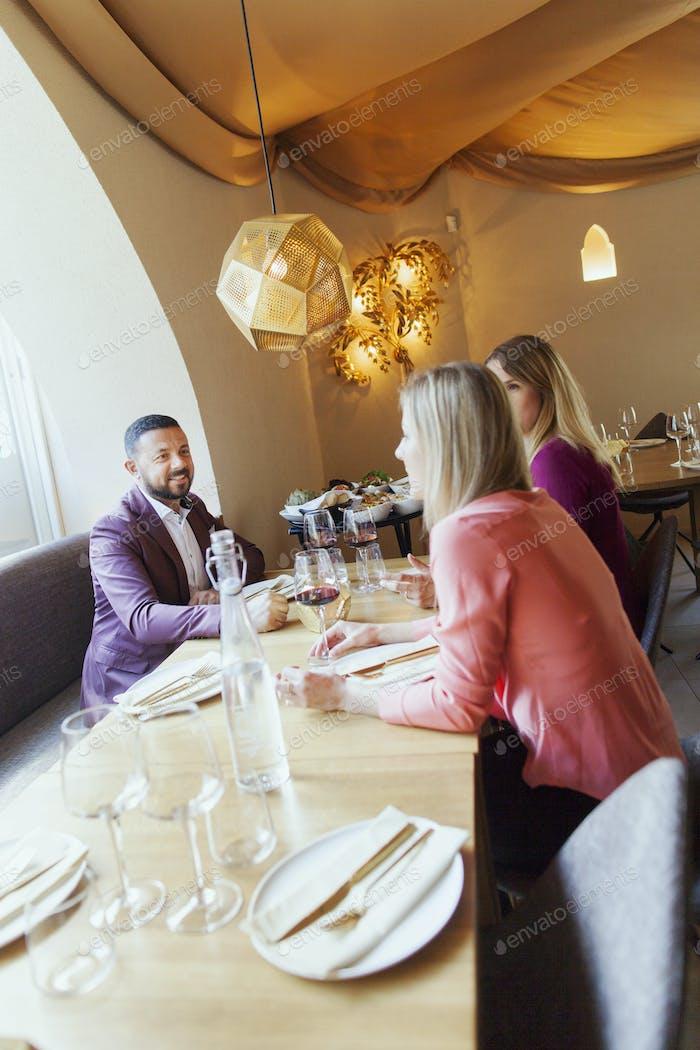 Freunde reden beim Sitzen im libanesischen Restaurant