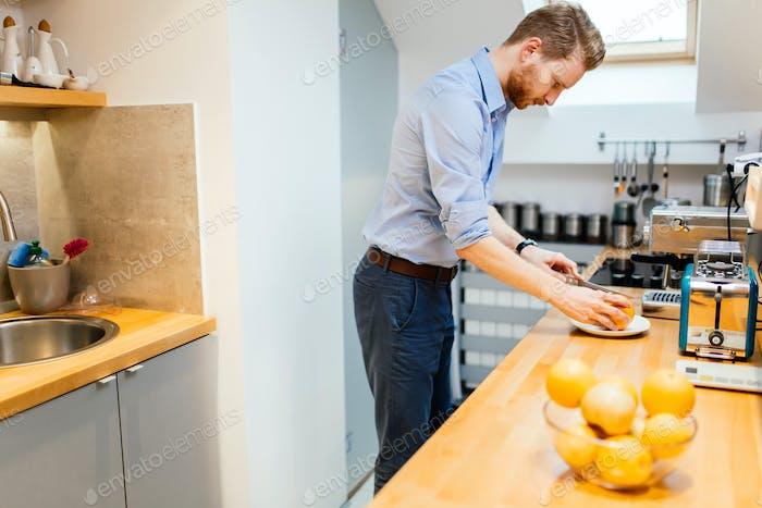 guapo macho en la Cocina