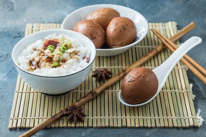 Teeeier mit Reisporrige, chinesisches Frühstück