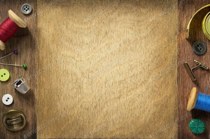 Nähwerkzeuge auf Holzhintergrund