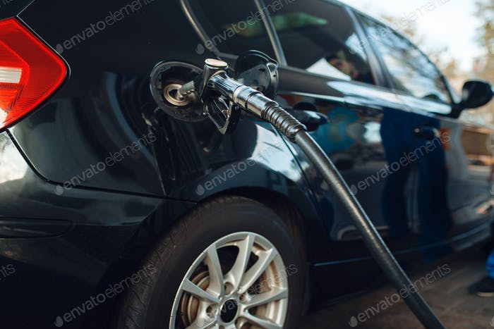 Auto mit Pistole in Tank Betankung auf Tankstelle