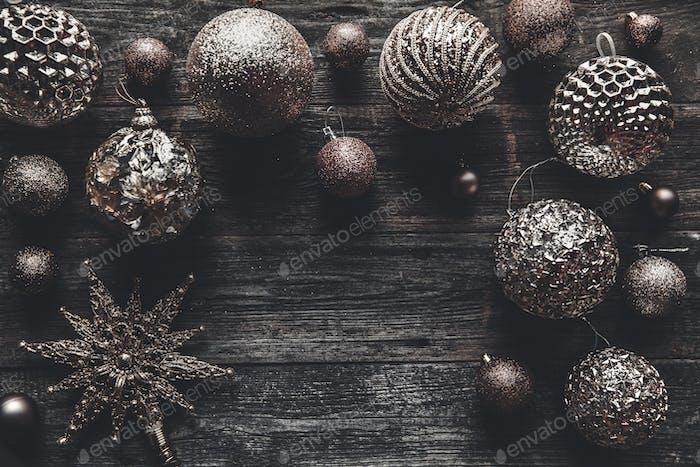 Weihnachten oder Neujahr Hintergrund. Vintage Weihnachtsbaum Spielzeug Dekoration Kugeln über Holzhintergrund