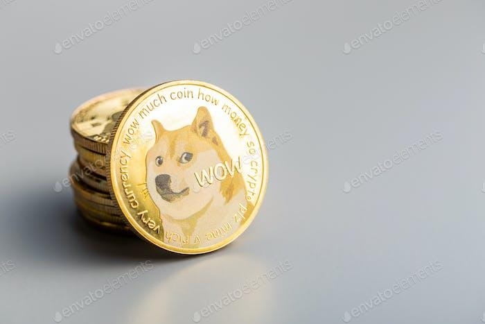 Moneda  dogecoin dorada. Dogecoin de criptomonedas. Criptomoneda Doge.