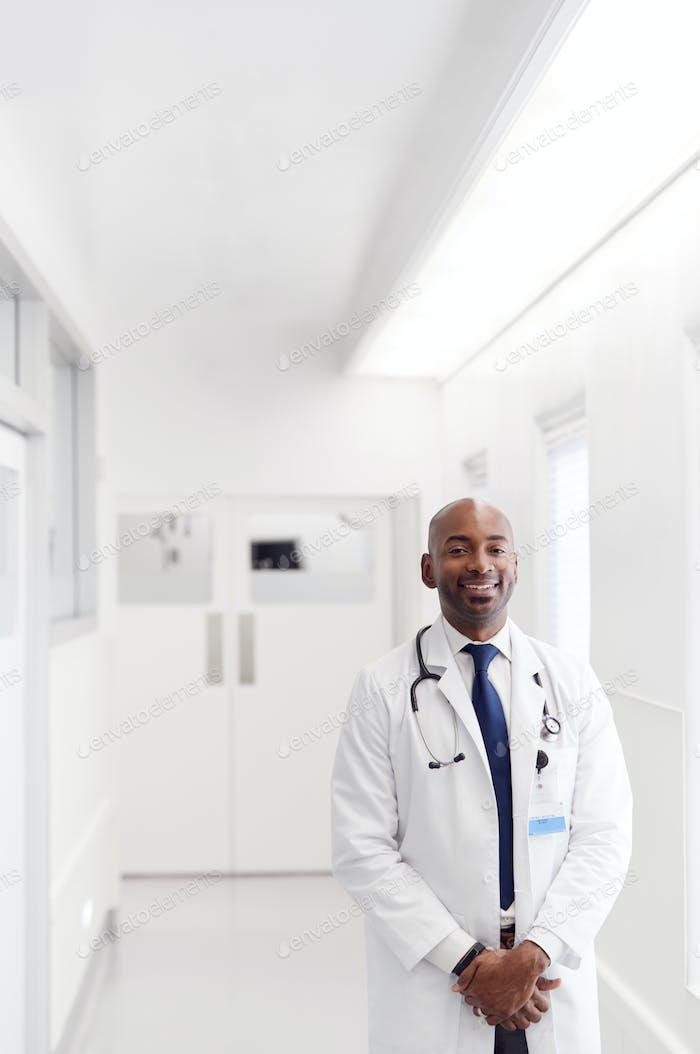 Porträt von reifen männlichen Arzt tragen weiß Mantel stehend in Krankenhaus Korridor