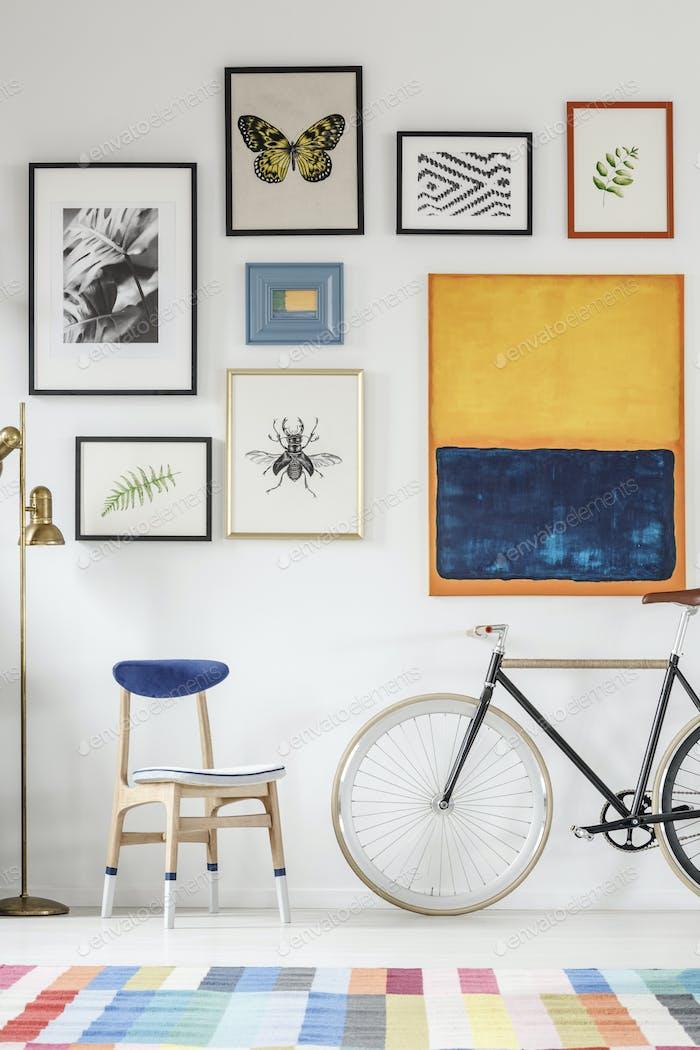 Blauer und weißer Stuhl und Fahrrad stehen im weißen Raum Interieur