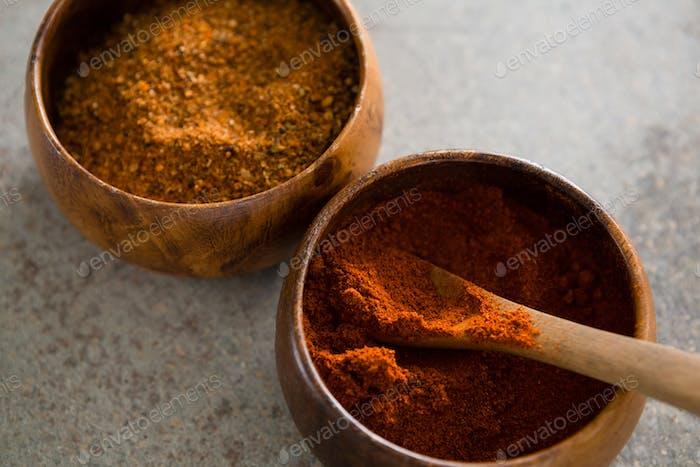 Zimtpulver und rotes Chilipulver in Schüssel