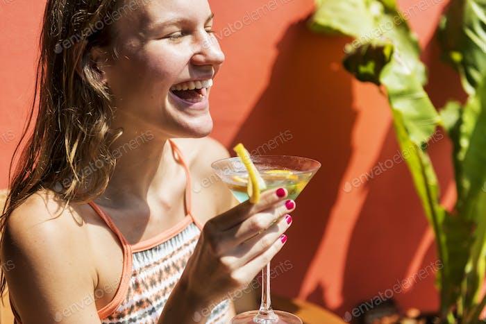 Mujer joven que se Relajante en el sol