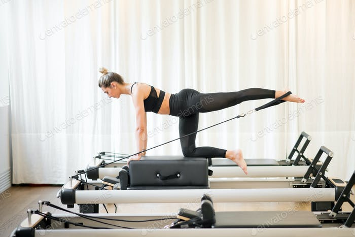Woman performing a pilates diagonal stabilisation