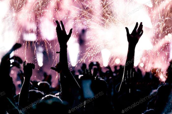 Fröhliche Menge und Feuerwerk. Neujahrskonzept