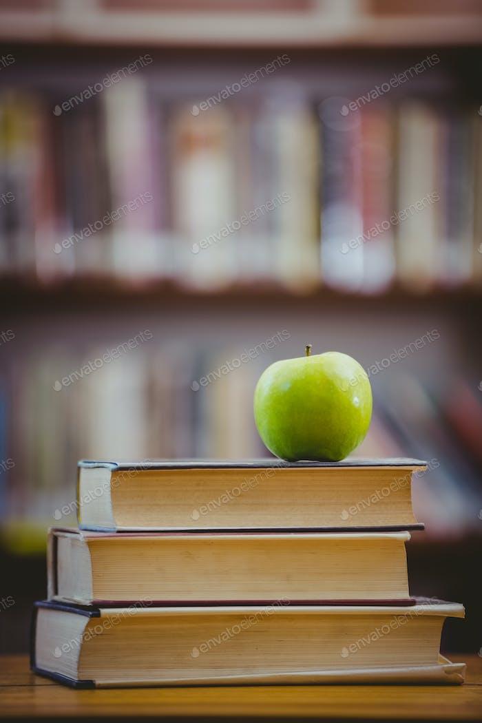 Apfel auf Haufen Bücher in der Grundschule