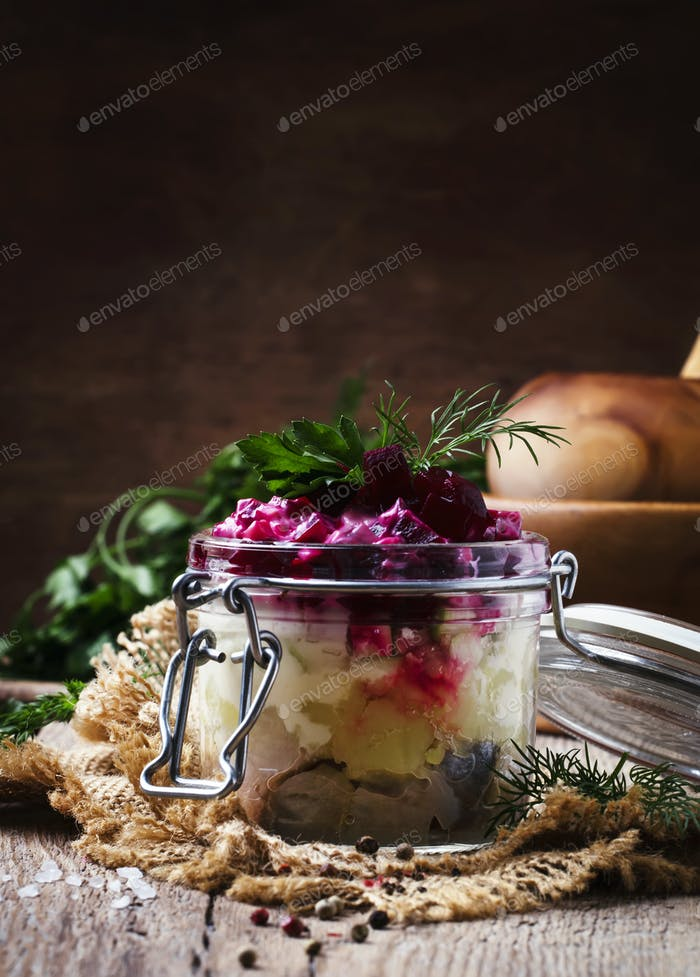 Russischer Salat mit Hering und Gemüse