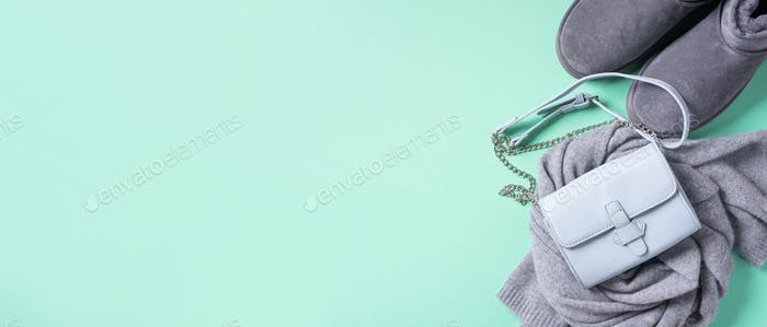 Modisches Konzept flache Lay. Winter warme Kleidung flach lag auf blauem Hintergrund. Wolle feminine Kleidung