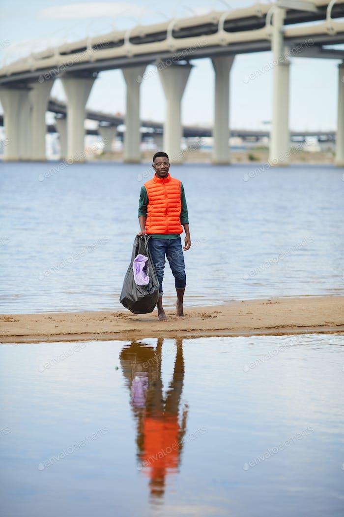 Hombre con basura al aire libre