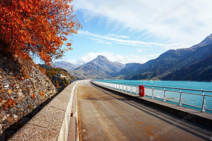 Straße am Staudamm am See Roselend