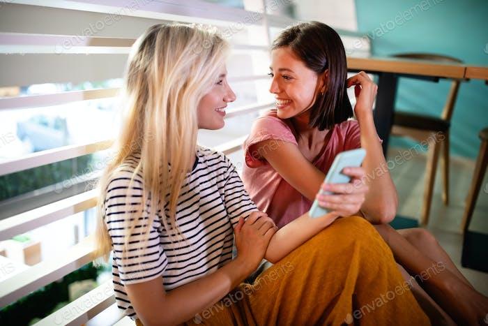 Schöne junge Frauen Freunde mit Smartphone zusammen und Spaß haben