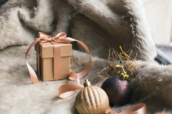 Weihnachtsgeschenkbox mit Dekoration auf Holzhintergrund