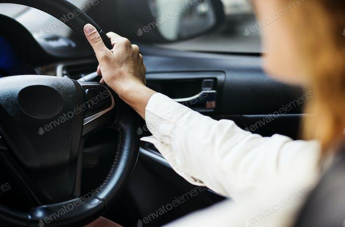 Frau fährt ein Auto auf einer Straße