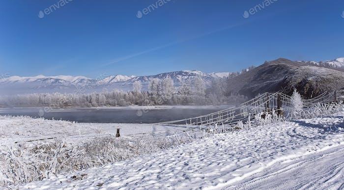 nebligen Winterlandschaft frostigen Morgen über dem Fluss in Raureif am Ufer