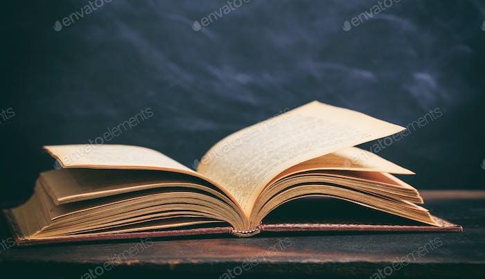 Vintage Buch auf Tafelhintergrund