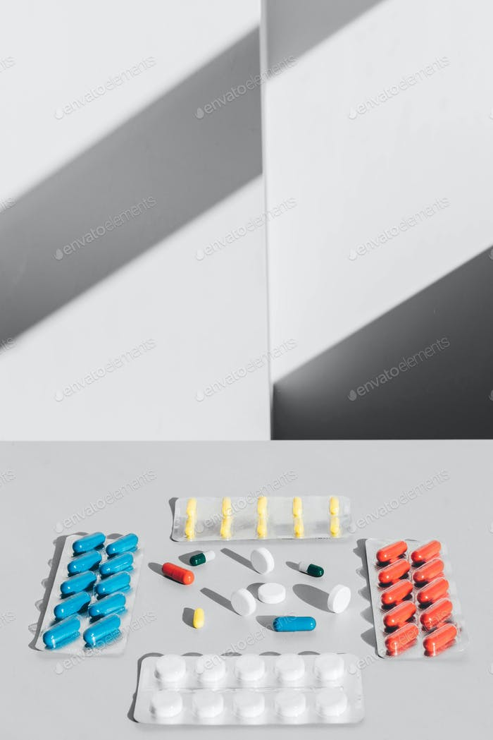 Medizinpillen, Tabletten und Kapseln auf weißem Hintergrund.