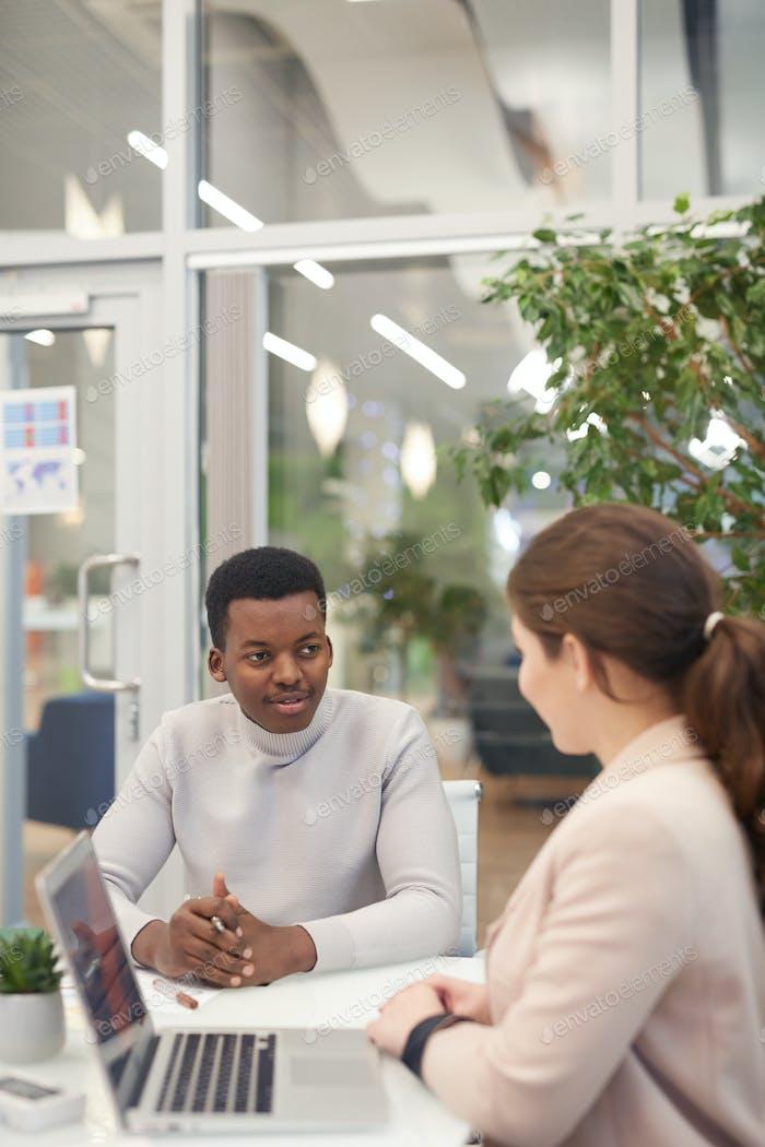 Zwei junge Geschäftsleute im Meeting