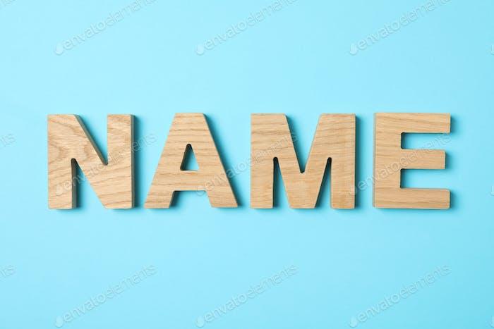 Nombre de la palabra forrado con letras de madera sobre fondo de color