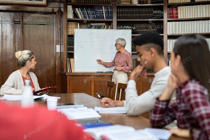 Profesora enseñando a estudiantes de secundaria