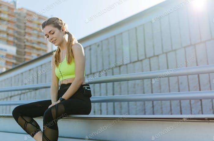 fit glückliche Frau ruht nach Sport, Laufen und Workout