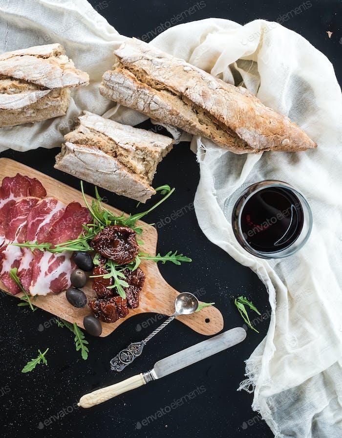 Wein Vorspeise Set: Vintage Geschirr, französisches Baguette in Stücke zerbrochen