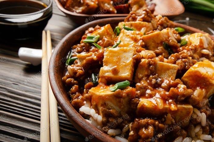 Plato de tofu mapo de comida china con cerdo
